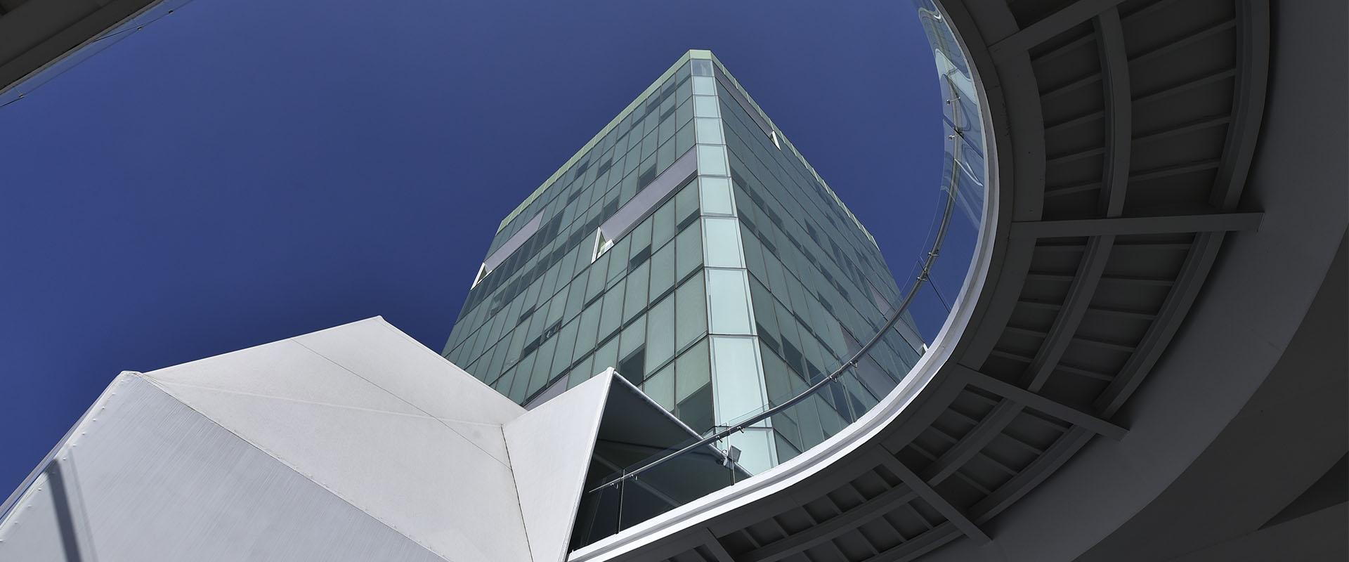 Nuestra Torre Financiera está ubicada en la mejor zona comercial de Morelia, ofreciendo cercanía a Centros Comerciales, Hoteles y Espacios de Convenciones, contamos con 12 niveles que se adecuan a las necesidades de tu negocio.